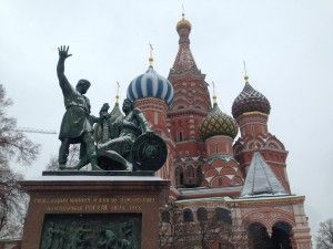 La prima volta che...  mi sono svegliata con la neve a Mosca l'avevo già capito appena ho aperto gli occhi, la finestra era rimasta aperta e ho visto entrare una luce bianca attraverso le tende. Già lo sapevo e i passi che mi separavano dal letto allo spostare le tende sono stati di una carica di emozione incredibile, i miei occhi se l'aspettavano, ho spostato le tende ed ecco… Mosca tutta bianca! Felicità :) #mosca #prime10volte