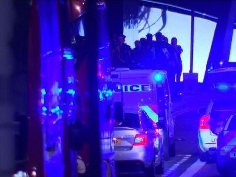 Multiple Casualties Reported in London Incident EL MUNDO RESTO DEL MUNDO Investigan incidentes en Londres como terrorismo Testigos indicaron que un vehículo atropelló a peatones en el Puente de Londres y dejó a personas tiradas en el piso 3 de junio del 2017  TWITTERFACEBOOKGOOGLE+MAIL LEER LUEGO Enviar a Instapaper Enviar a Pocket Enviar a Readability      >AP LONDRES — Policías británicos armados llegaron rápidamente al Puente de Londres el sábado por la noche tras recibir reportes sobre…