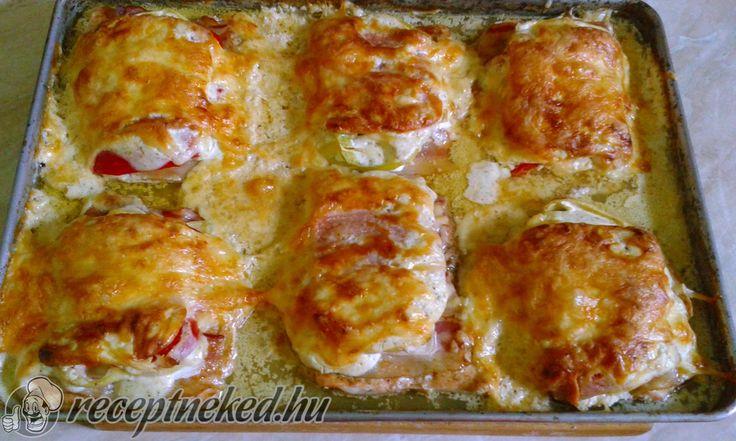 Hozzávalók: 4 szelet csirkemell filé 2 paprika 8 szelet bacon 4 szelet sonka 2 hegyes erős paprika 2 szál újhagyma 20 dkg reszelt sajt 2 evőkanál mustár 1