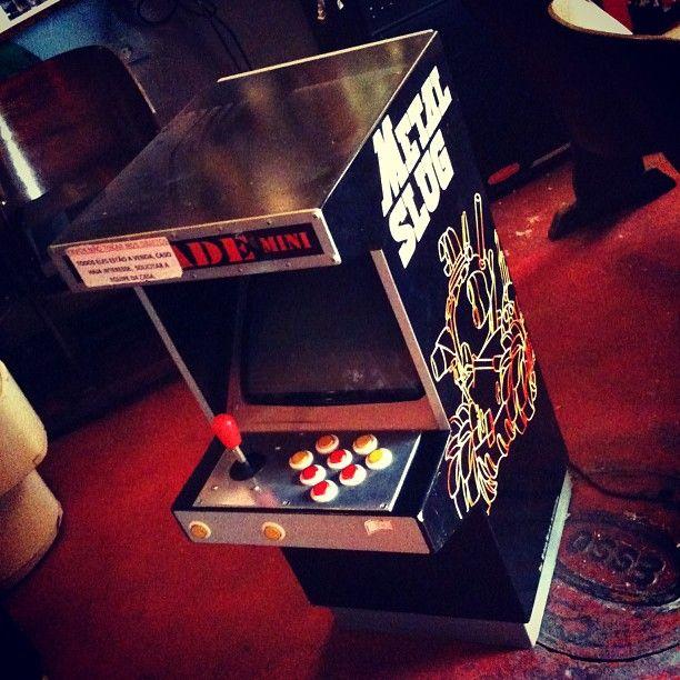 Mini #arcade (fliperama) com #PlayStation e jogo Metal Slug instalado, 110v, nacional (R$ 1.500). Loja vai até às 19h. (at Antiquário XIII)