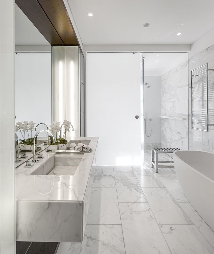 Cuarto de baño - AD España, © Fernando  gUERRA Cuarto de baño principal con doble lavabo en mármol. Foto Fernando Guerra Galerías relacionadas
