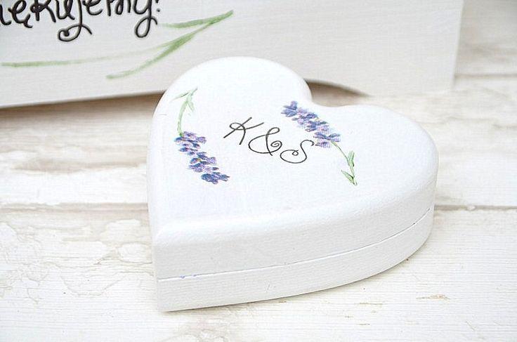 Pudełko na obrączki ślubne, w kształcie serduszka, ozdobione ręcznie motywem lawendy.  Do kupienia w Madame Allure :)