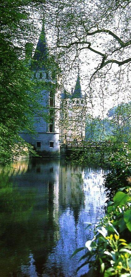 Le château d'Azay-le-Rideau, réussite de la Renaissance, 16e siècle, construit en partie sur l'Indre. Loire Valley, France