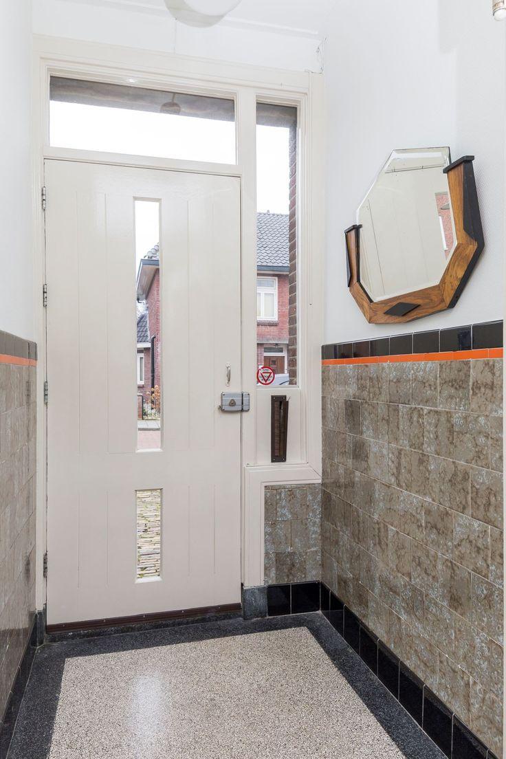 Jaren30woningen.nl | Vestibule met authentieke #terrazzovloer en tegellambrisering uit de #jaren30