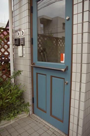 ペイント、そして家具納品   トリムソウ 玄関ドアも無垢材。グレーがかったブルーでまず塗装。ドア枠の色をあえてブラウンに変更し、そのいろと同じブラウンを少しドアにもいれてみました。
