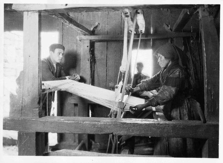 Ruth Matilda Anderson (Nebraska 1893–1983 New York): Carmen López tejiendo en Pedrafitelas (Lugo) el día 20 de mayo de 1925