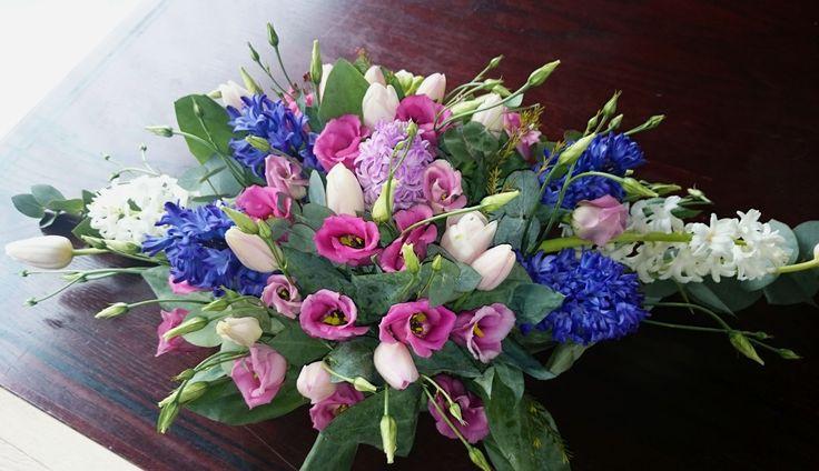 Kék, pink és fehér főasztaldísz tavaszi, nyári esküvőre. Ha te is szeretnél hasonlót, kérd árajánlatunkat itt: http://eskuvoidekor.com/viragdekoracio