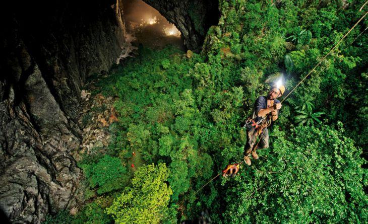 Para entrar en la cueva, hay que descender 80 metros bajo tierra usando una cuerda., Un auténtico reino subterráneo - (Page 5)