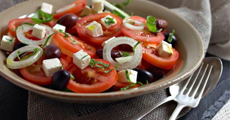 En enkel tomatsalat med tomat, løg, hvid ost og oliven. Som en sommeraften i Grækenland!