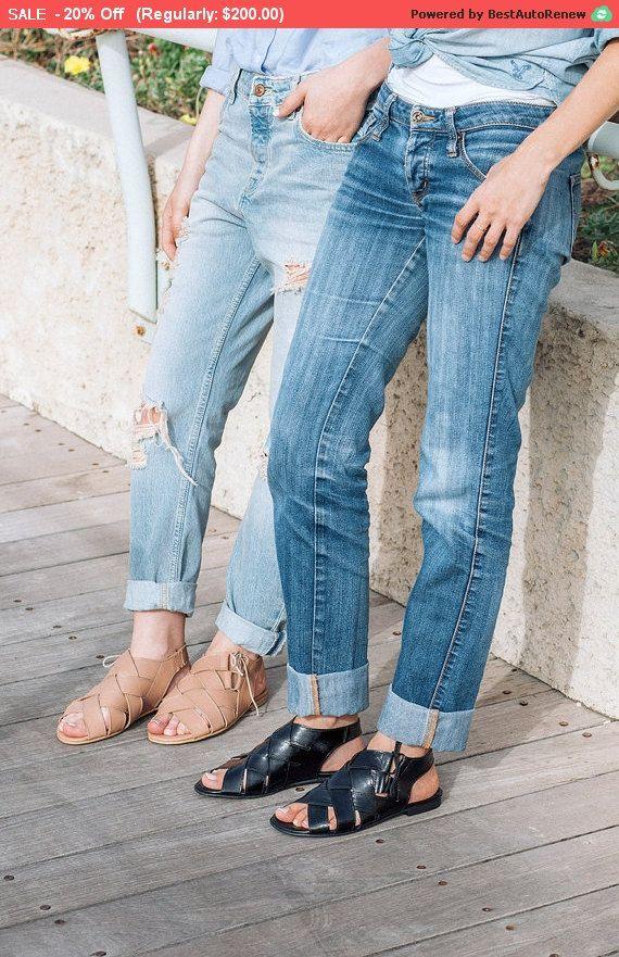 Nuovo! Tessuto in pelle scarpe per le donne in colore nero.  Questo stile ha lacci laterali, e può essere ordinato in unaltra versione- che ha facile accesso nella parte posteriore con velcro. Può anche essere regolato a dimensioni diverse della caviglia. Per favore Vedi foto.  Morbido e confortevole per tutti i giorni look elegante.  Spedizione EXPRESS gratuita per nuova collezione * * * s/s 2016  Approfittate del 10% di riduzione durante il lancio della nuova collezione.   Usiamo i…