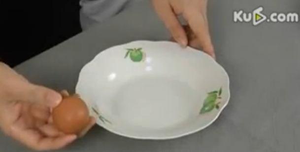 How to best separate eggs? An amazing trick - click and be amazed... http://lakbermagazin.hu/lakberendezes-epiteszet-videok/viewvideo/397/receptek-etelek-italok-desszertek/tojassargaja-szetvalasztas-a-tokeletes-tipp.html