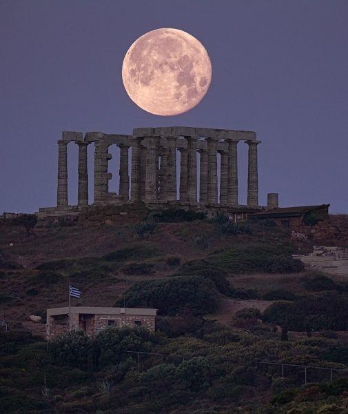 Eine Mondaufnahme mit starkem Teleobjektiv, um ihn hinter einem tollen Vordergrund sehr groß erscheinen zu lassen, steht auch auf meiner ToDo Liste!  Quelle: GREEK SKY - NIGHT PHOTOGRAPHY
