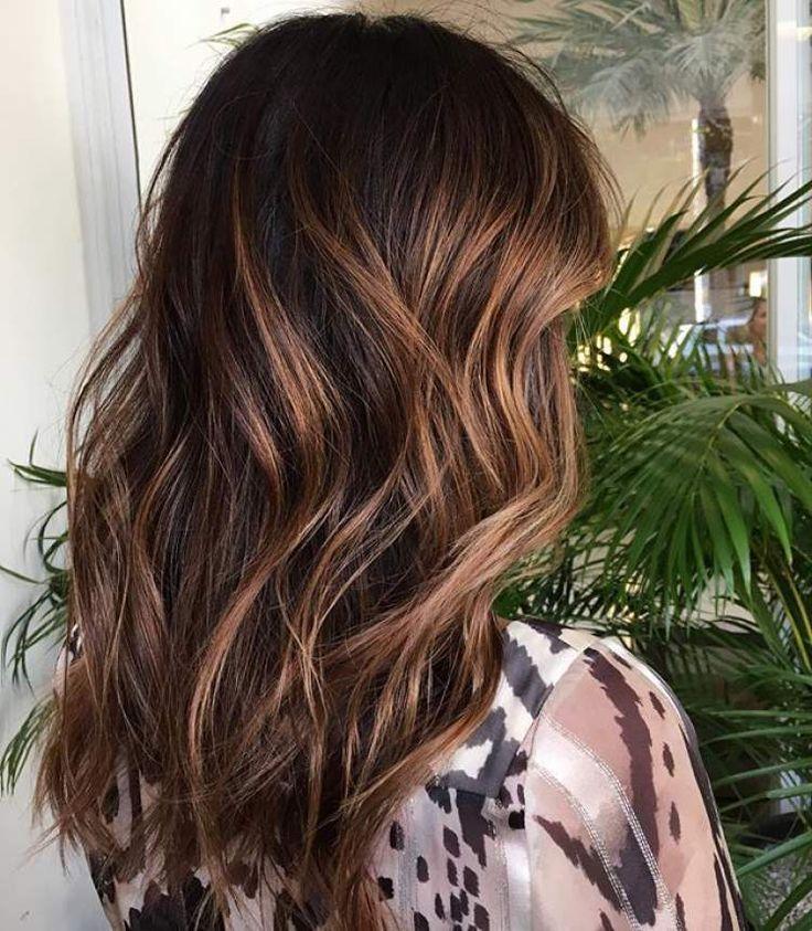 cabelos castanhos iluminados são tendências para o inverno 2017