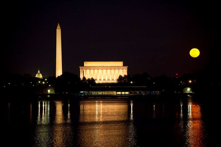 USA - Washington DC - Perigee Supermoon - Ken Cedeno/Corbis/ Getty Images