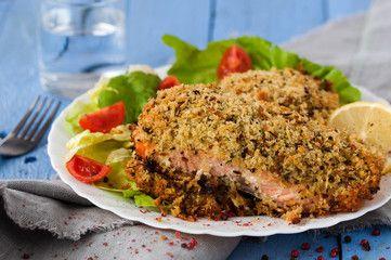 Facciamo il pieno di Omega 3 mangiando un buonissimo salmone in crosta al forno. Inumidire il salmone con una salsa ottenuta sbattendo senape, 2 uova, latte e sale. Passare poi il salmone nella mollica di pane mischiata con aglio tritato e prezzemolo. Passare nella mollica per almeno 2 volte  e poi porre in forno in una teglia con carta da forno per 30 minuti a 180 gradi....