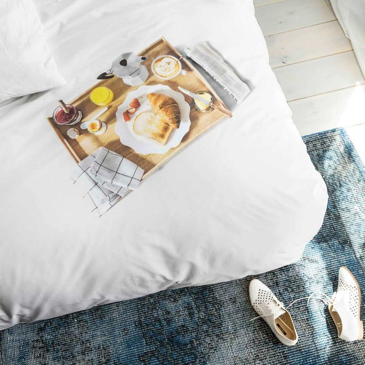 Sjovt og lækkert sengesæt fra Hollandske Snurk, nu kan du altid få morgenmad på sengen dog uden krummerne i sengen.  Breakfast sengesæt er et dejligt blødt sengesæt med tryk af en sengebakke med friskpresset juice, kaffe croissant og avis.