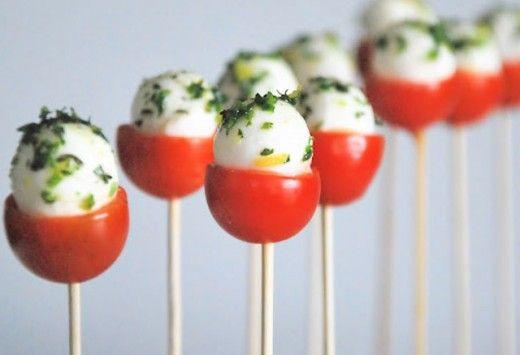Piruleta de mozzarella1-2: Love the caprese pops and the nacho cups! Fun ideas