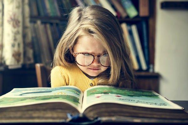 """入学前の子どもが本に興味を持つきっかけは、なんといってもママにあるものです。同時に、本がキライになってしまうきっかけを作ってしまうのも、ママであることがとても多いようです。 進学塾講師や家庭教師の経験から、多くの本嫌いの子どもたちの話を聞いてきた経験から、子どもを本嫌いにしてしまった""""読み聞かせ失敗例""""をご紹介させていただきたいと思います。 文章が読めなきゃ始まらない!  Photo/Creativa Images/shutterstock いきなりお勉強の話になってしまいますが、読解力はすべての教科の柱となります。そして、本を読まずに読解力を身に着けることはできません。 また、読書量に比例して高い文章力を持つ生徒が多いことも現場では定説となっているくらい、『本』の力は大きなものなのです。 塾講師・家庭教師をしていた私は、本が嫌いで文章を読むこと自体に拒否反応を起こしていたり、極度の読解力不足に苦しむ多くの生徒を見てきました。そして、その生徒たちの多くが「小さな頃(小学校入学前)から本がキライだった!」と言うのです。…"""