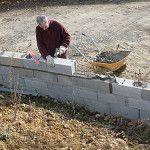 Construire un mur de clôture en parpaings en 8 étapes | BricoBistro