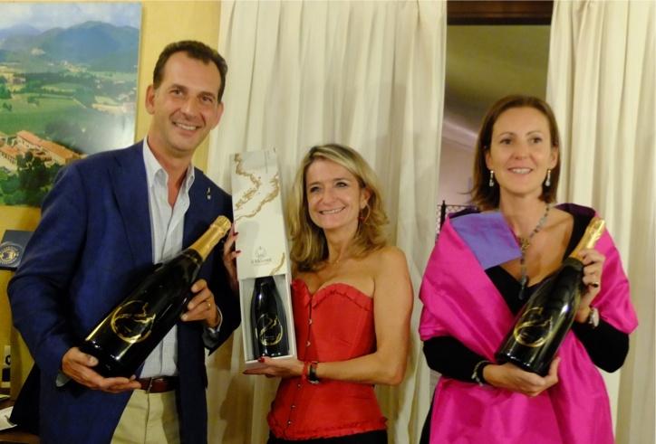 La vincitrice del Premio Qde 2012 Laura Ferrario fra Giulio e Lucia Barzanò de il Mosnel