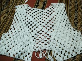 Dos Chalecos a crochet Chaleco blanco realizado en hilo algodón , la terminación hice 2 vueltas de media vareta o punto medio alto ...