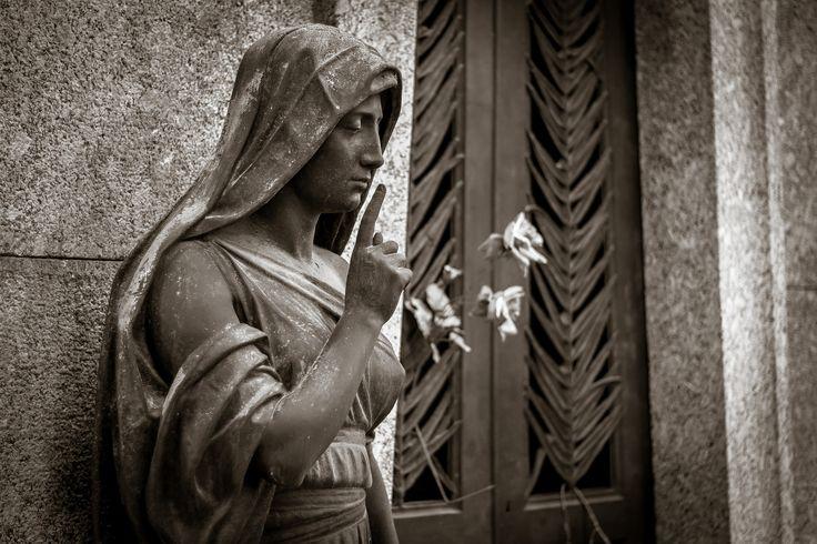 Silenzio per favore | by Niklas Rosenberg | Cimitero Monumentale di Milano