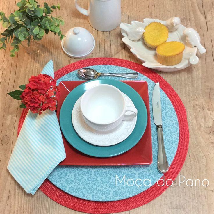 O outono esta aí e o final da tarde é perfeito para tomar um chá com a mesa linda para esse momento.Capa de sousplat turquesa com estampa de arabesco, guardanapo listrado e porta guardanapo de mini-hortências by Moça do Pano.