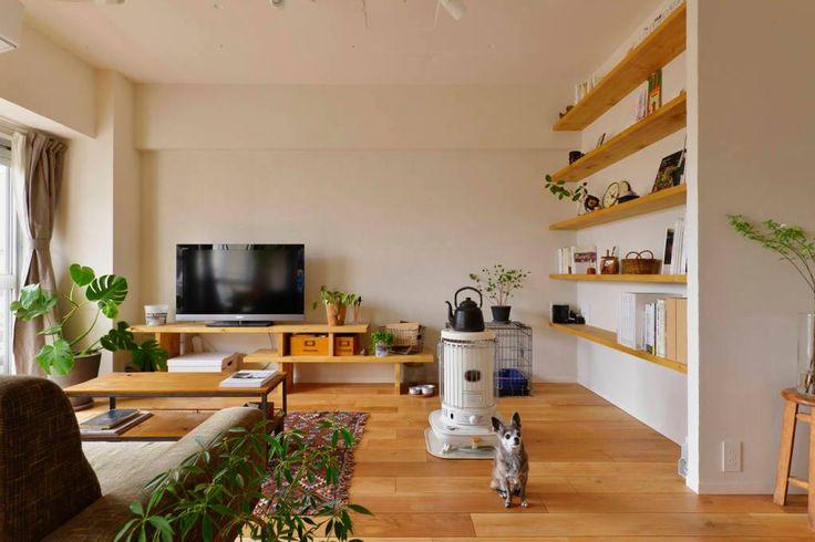 老舊的公寓房子在建築31年後,經過新屋主的翻新成為極具生活感的迴游動線住宅。重新規劃家事動線後,包括家電、收納的取用都變得簡單好用,壁面的珪藻土是屋主夫妻自己動手DIY完成的,希望這個大量留白的空間,也是健康好住的好空間。 via スタイル工房