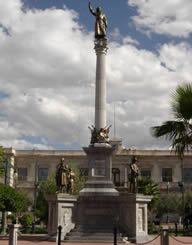 Miguel Hidalgo y Costilla en la Plaza de la Constitución, construída por Cédula Real, y hablar de la Pirámide, subir la foto aquí.-  MONUMENTO A LOS HEROES DE LA INDEPENDENCIA