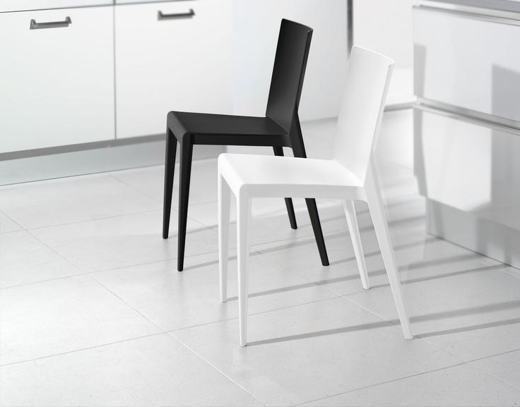 Silla 'neón', disponible en blanco y negro. Elegante y funcional, en líneas rectas.