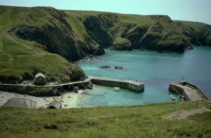 Mullion Cove has a small sandy beach which sits on the west coast of the Lizard peninsula. It's perfect for dog walking and close to Mullion Cove Hotel #mullioncovehotel