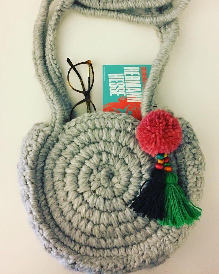 """2 Beğenme, 1 Yorum - Instagram'da Design by Feroni (@designbyferoni): """"Yeni modelimiz yuvarlak yün omuz çantası 💖 #handmade #spagettiyarn #penyeip #elörgüsü #penyecanta…"""""""