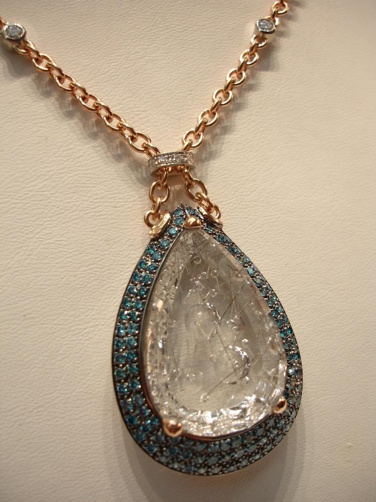 Collier in oro rosa con cristallo di rocca inciso,diamanti blu e bianchi