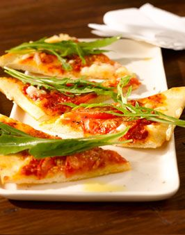 SCHNELLE PIZZA MARGARITA MIT RUCOLA -  Zutaten für 4 Personen:  1 Packung fertigen Filou- oder Pizzateig,  ca. 200g Tomaten,  1 Packung Rucola,  1 bis 2 Mozzarella oder Käse zum Überbacken,  2 EL Tomatenmark (mit etwas Olivenöl verdünnt),  Salz und Pfeffer. Hier geht's zur Zubereitung: http://behr-ag.com/de/unsere-rezepte/rezeptdetail/recipe/schnelle-pizza-marga.html