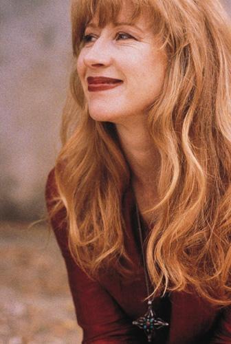 Loreena McKennitt. Simplesmente a melhor cantora de todos os tempos. A minha predileta! Perfeita!