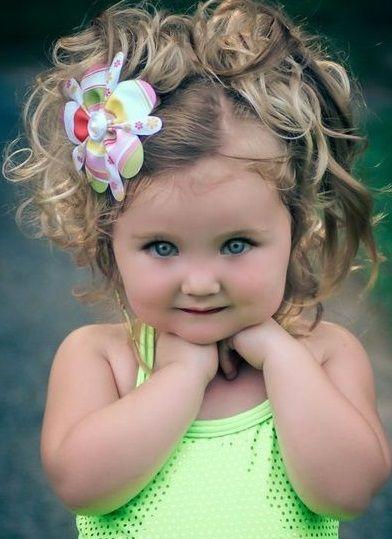 kız çocukları için bayramlık kıvırcık tokalı topuz şeklinde güzel kız çocuk saç modeli