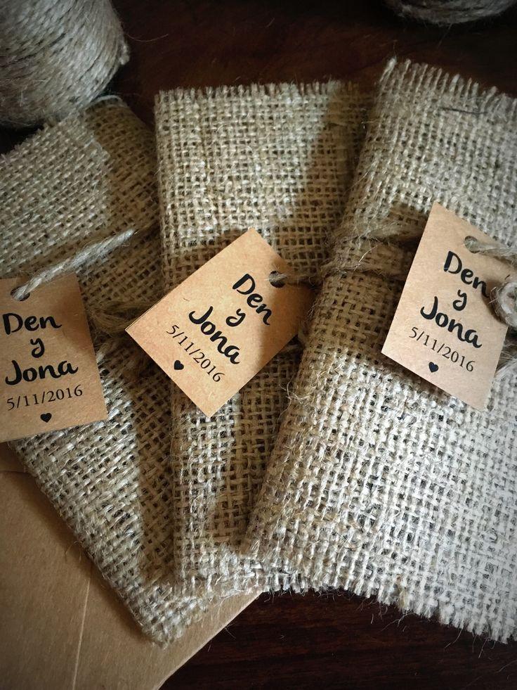 Invitación de arpillera y papel madera x #Arpillera #Centrosdemesa #Numerosdemesa #numbers #table #indicadoresdemesa #decoracion #ambientacion #numerosdearpillera #rustico #handmade #vintage #hechoamano #invitacion #bodas