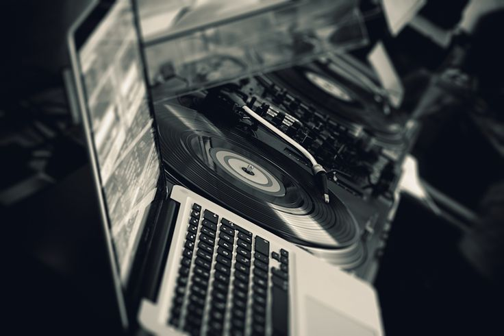 The years have past when even the best dj software would never appear in a professional live dj setup. Dj softwares are not substandard anymore.
