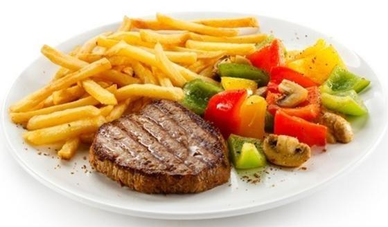 Frietjes bevatten veel meer calorieën dan een simpele gekookte aardappel. Een keer per week frietjes eten kan echter weinig kwaad. Combineer ze met magere vis of vlees en serveer er een stevige portie salade of bereide groenten bij.