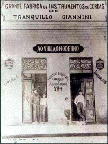 1900 - Rua São João, 84. Loja da Giannini, fabricante de instrumentos de cordas.