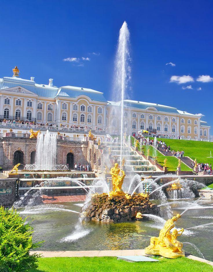 Cascada magnífica en Pertergof, San Petersburgo, Rusia |
