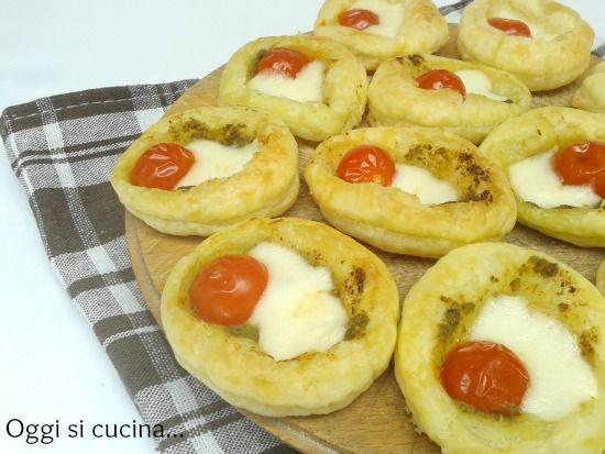 Pizzette di sfoglia con pomodorini e pesto