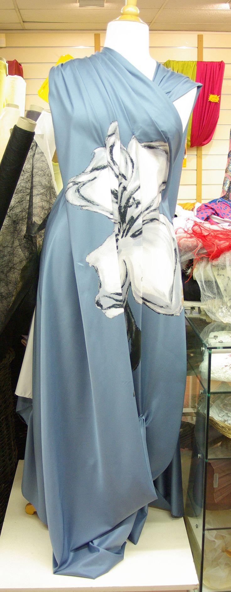Un tissu agréable et discret pour toutes vos créations : Chemisier, robe, jupe, blouse ... Il est disponible au rayon Couture & Haute Couture de votre magasin Ellen Décoration.