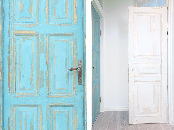 Gammal blå och vit dörr med vacker patina
