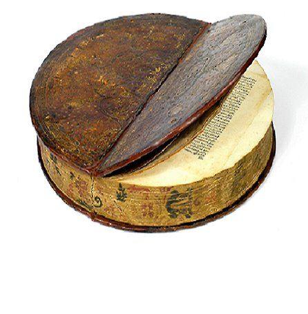 Un libro ... rotondo.  Fu rilegato nel 1590 circa, come dono al Principe e Vescovo Julius Echter von Mespelbrunn (1545-1617)  (Biblioteca Università, Würzburg, Germania)
