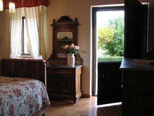la camera da letto dell'appartamento n.2 della casa colonica