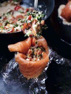Pascale Naessens recept - Gerookte zalm opgevuld met krab, zalmeitjes, groenten en dillesaus