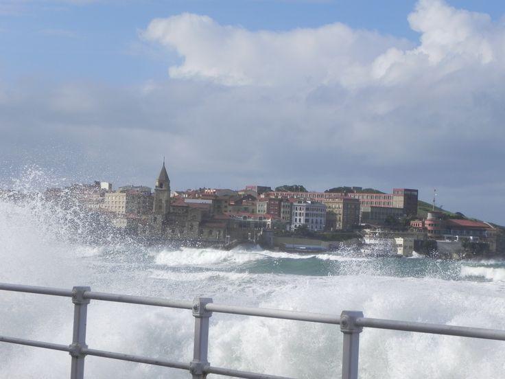 bebetecavigo. Playa de San Lorenzo, Gijón. Parece que el mar va a entrar en la ciudad. bebetecavigo
