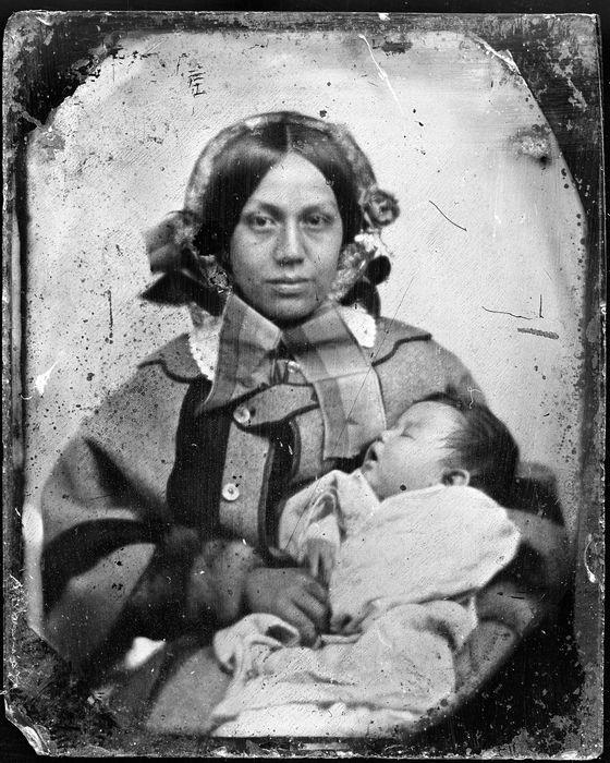 -Daguerreótipo- O daguerreótipo foi criado por Daguerre (creditado pela invenção da fotografia). Este era um produto muito caro, que reproduzia uma imagem única (comparação com a polaroid), e era de difícil prática para o retrato - uma vez que o tempo de exposição era muito longo