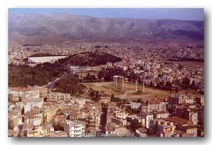 Η Αθήνα από την Ακρόπολη (1953). Στο βάθος ο Βύρωνας.  Φωτογραφία : ©Clarence Morang 1953
